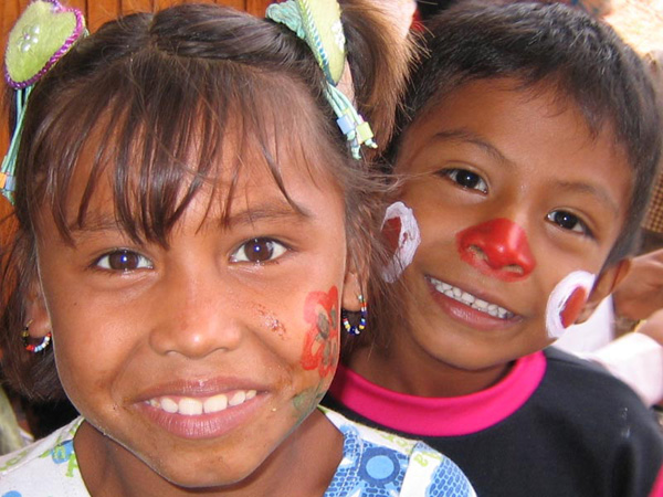niños de Benposta sonriendo y curioso